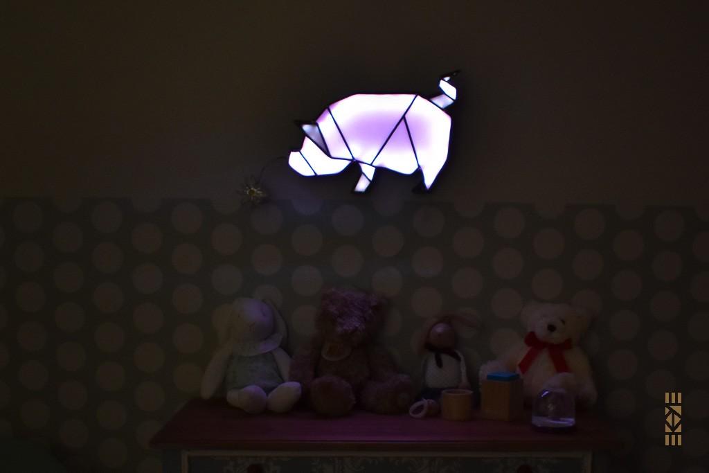 Ekaye | Le Bourdon et la luciole | Veilleuse Cochon chambre enfant