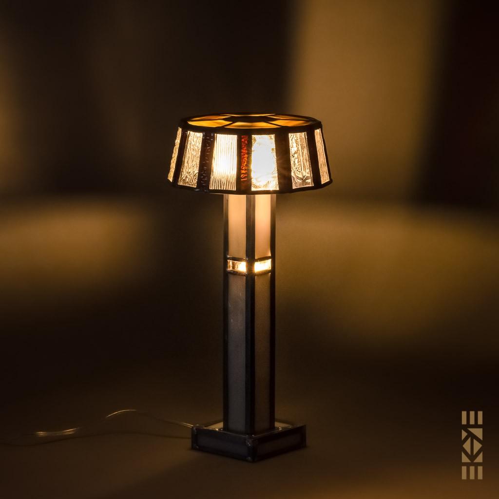 Lampe Ernest H. (Blanche) EKAYE allumée de nuit