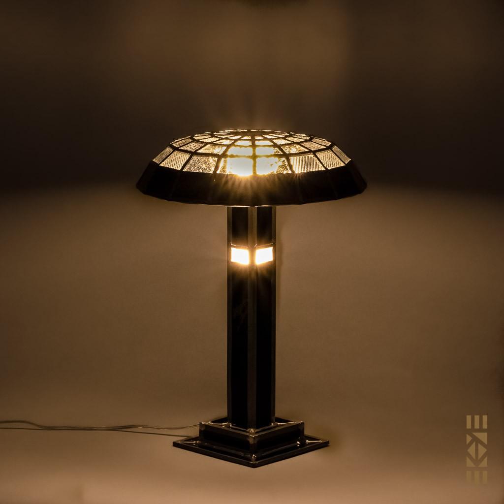 Lampe Eugène B. EKAYE allumée de nuit